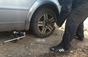 Замена колеса на дороге, снятие секреток